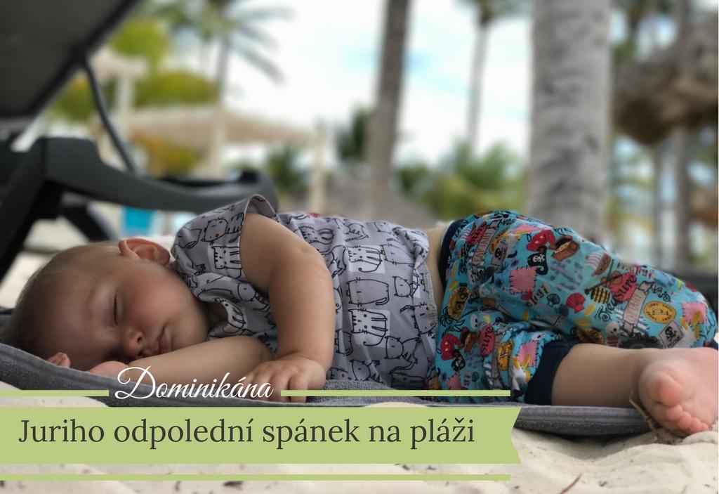 cestovani-s-kojencem-spani-na-plazi